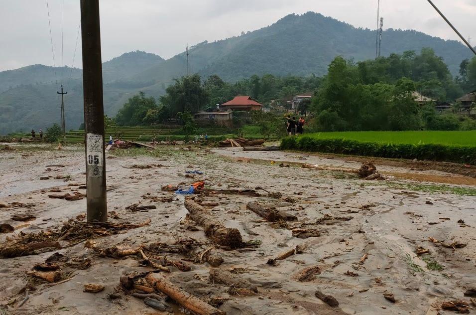 Lào Cai: Lũ ống bất ngờ trong đêm, 3 người ngủ gần suối không kịp chạy thoát, tử vong thương tâm - Ảnh 1.