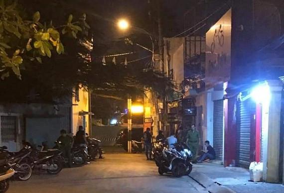 Thanh niên giết bạn gái rồi tông vào xe ô tô để tự sát ở Sài Gòn - Ảnh 1.