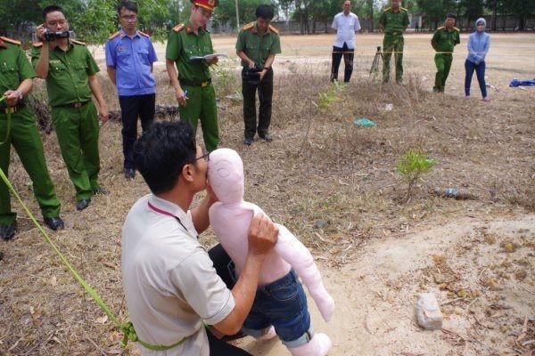 Phẫn nộ trước thái độ ung dung, thản nhiên của gã hàng xóm hiếp dâm, giết chết bé gái 5 tuổi - Ảnh 2.