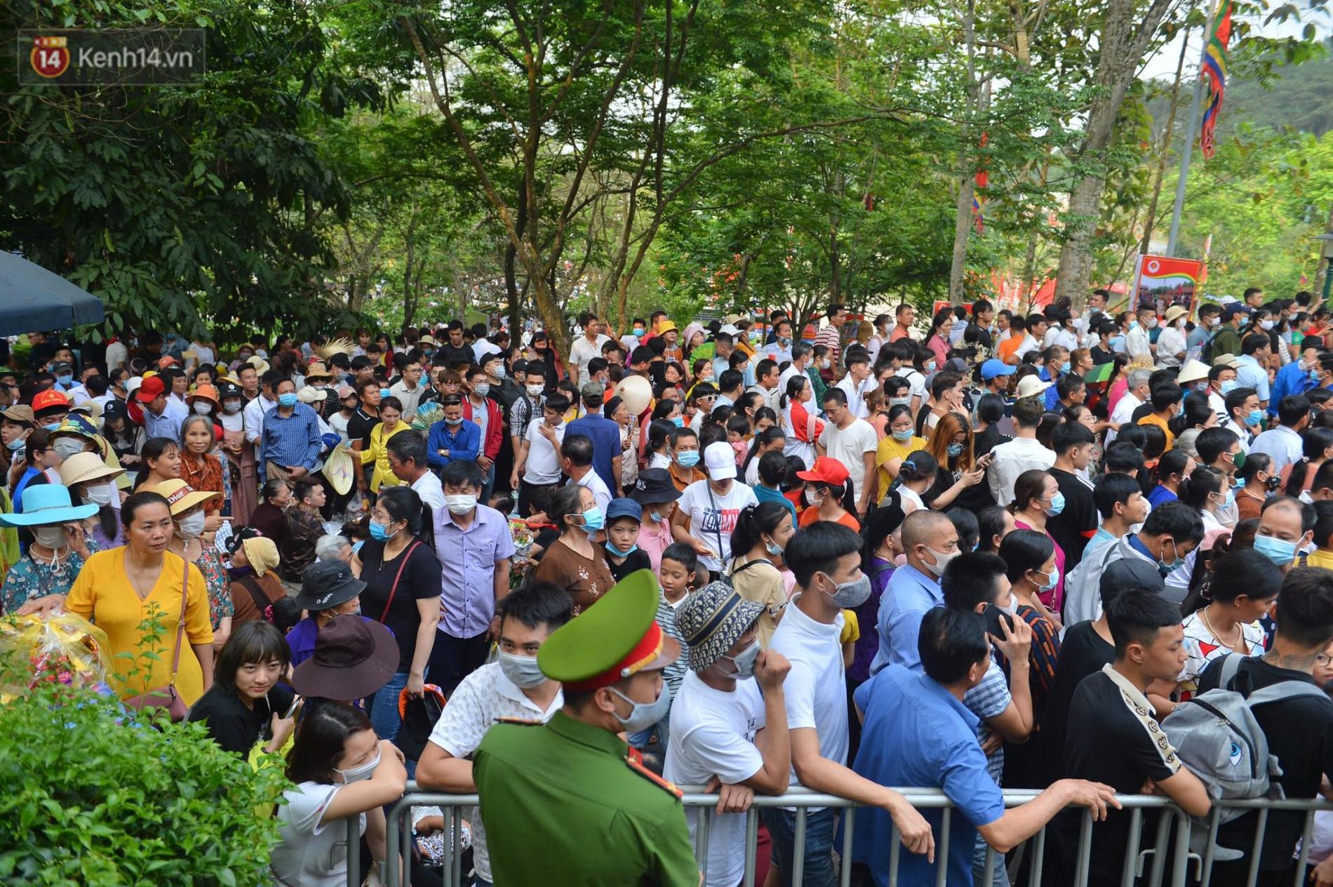 Ảnh: Chen lấn kinh hoàng tại lễ hội đền Hùng - Ảnh 2.
