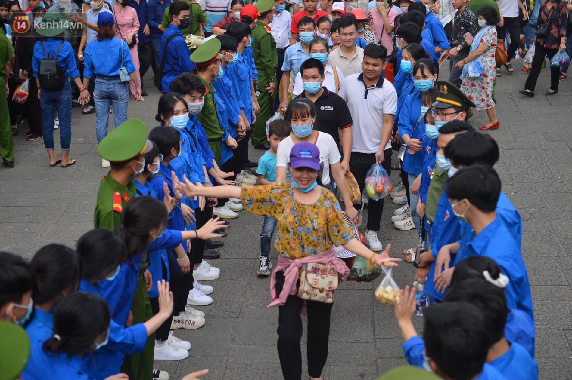 Ảnh: Chen lấn kinh hoàng tại lễ hội đền Hùng - Ảnh 3.
