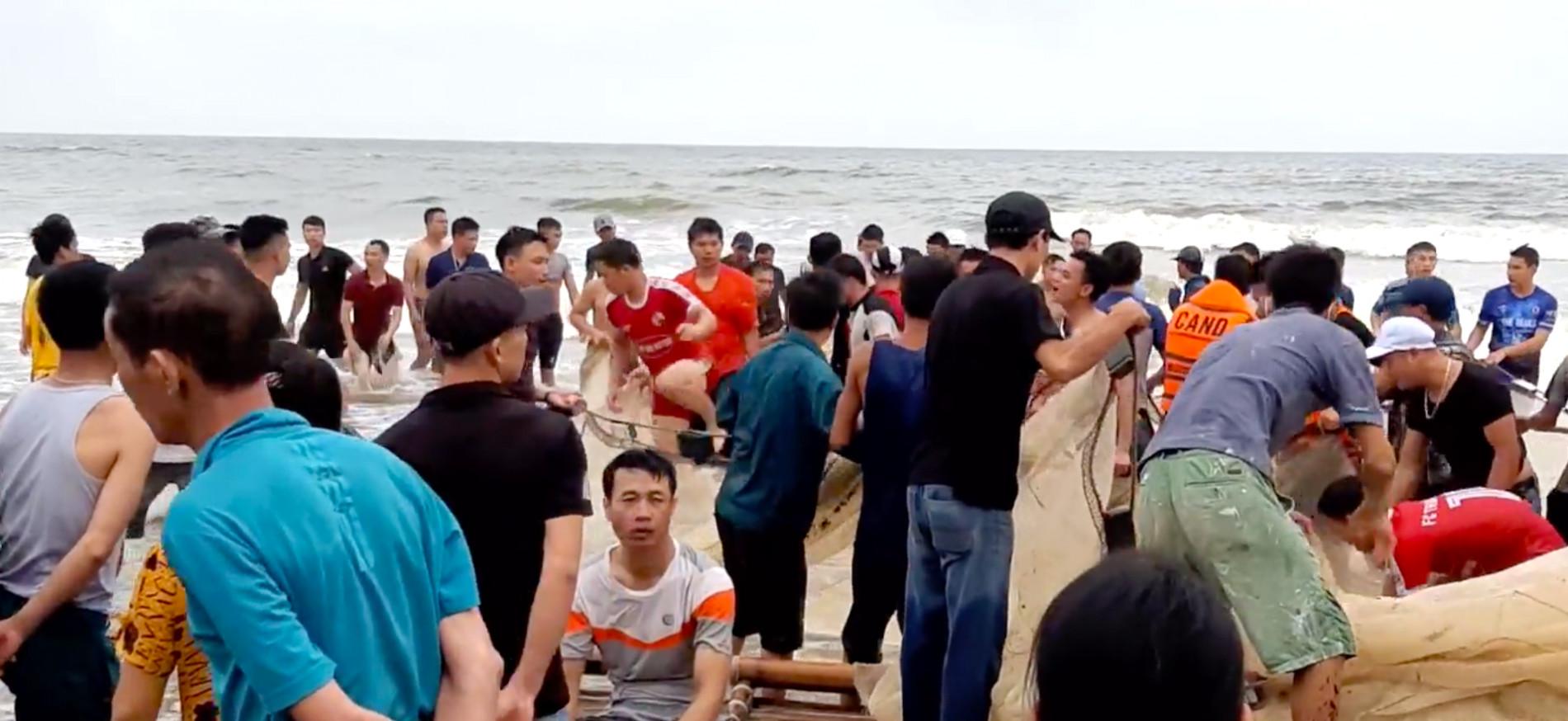 Vụ 4 nam sinh mất tích trên biển: Thi thể 2 nam sinh dạt vào bờ cách hiện trường 7km - Ảnh 2.