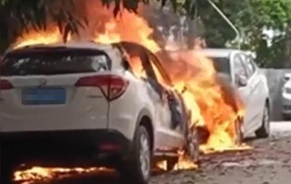 Bé trai 10 tuổi phóng hỏa đốt 4 ô tô: 'Cháu muốn được nhìn thấy chúng nổ tung' Ảnh 1