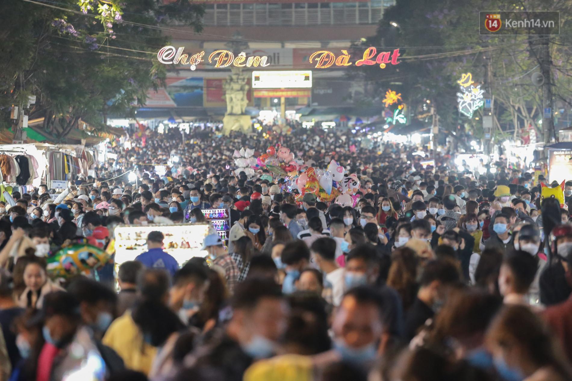 Cận cảnh chợ đêm Đà Lạt quá tải tối 30/4: Người đi bộ tràn xuống đường, xe máy ô tô nhích từng chút một - Ảnh 1.