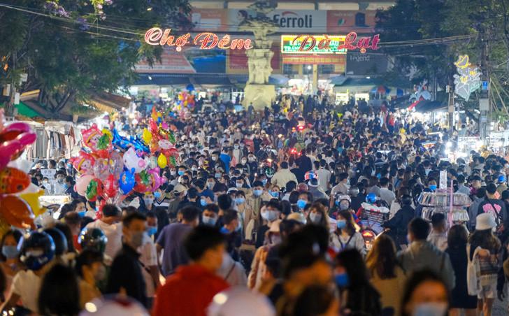 """Dòng người """"đông không thể tưởng tượng được"""" ở Đà Lạt: Đi ngang chợ đêm thôi tôi đã phải hốt hoảng!"""