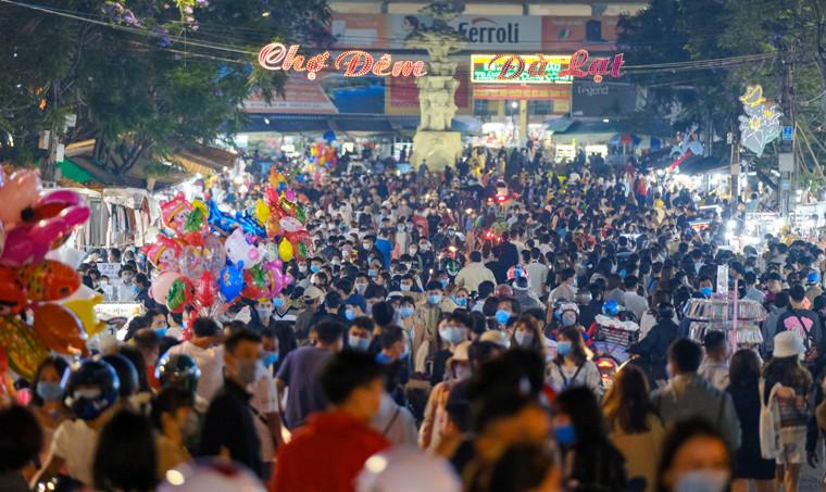 Dòng người đông không thể tưởng tượng được ở Đà Lạt: Đi ngang chợ đêm thôi tôi đã phải hốt hoảng! - Ảnh 4.