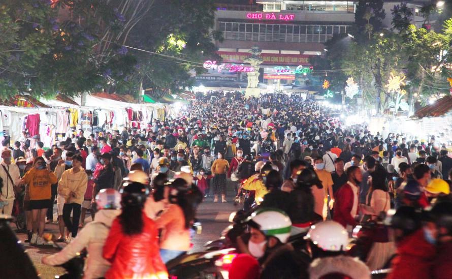 Dòng người đông không thể tưởng tượng được ở Đà Lạt: Đi ngang chợ đêm thôi tôi đã phải hốt hoảng! - Ảnh 1.