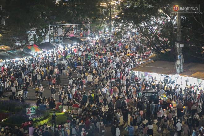 Dòng người đông không thể tưởng tượng được ở Đà Lạt: Đi ngang chợ đêm thôi tôi đã phải hốt hoảng! - Ảnh 2.