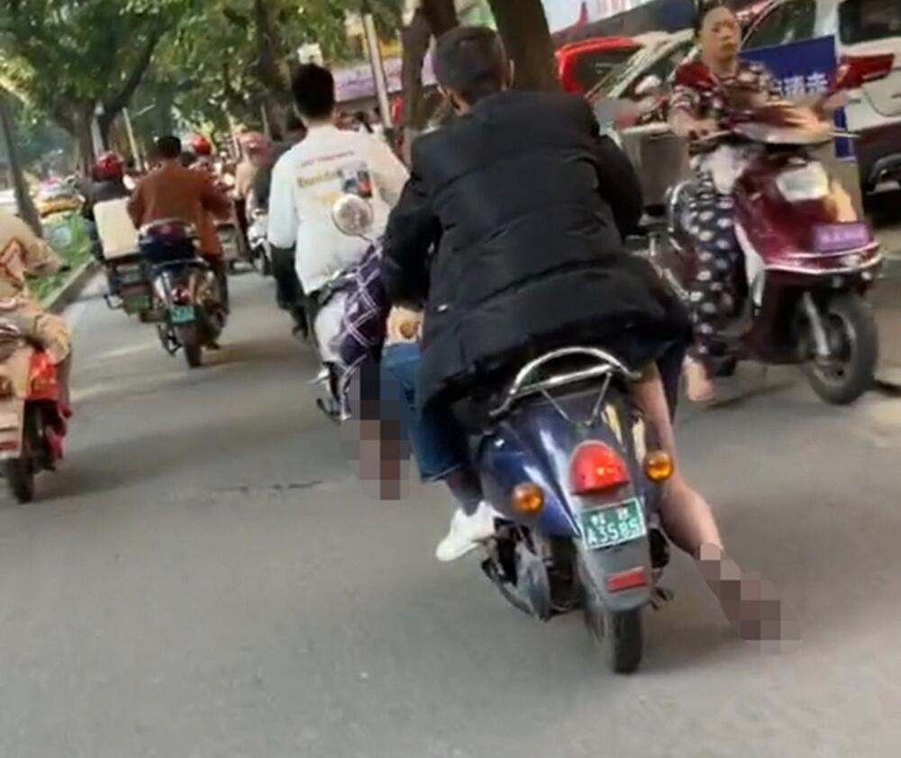 Điều khiển xe máy chở thi thể bạn ngay trên phố, người đi đường ai nấy đều sợ hãi Ảnh 1