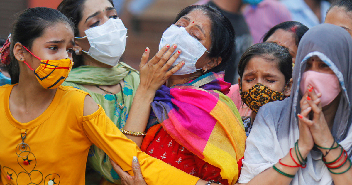 """Bi kịch chất chồng giữa """"địa ngục"""" Ấn Độ: Ông bà mắc Covid-19 tự sát để không lây cho cháu, con gái ra sức dùng miệng hô hấp cứu mẹ sắp chết - Ảnh 1."""