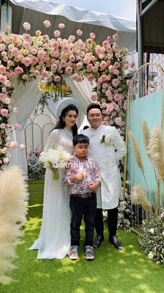 HOT: Bà Nguyễn Phương Hằng đăng ảnh con trai và con dâu trong lễ đính hôn