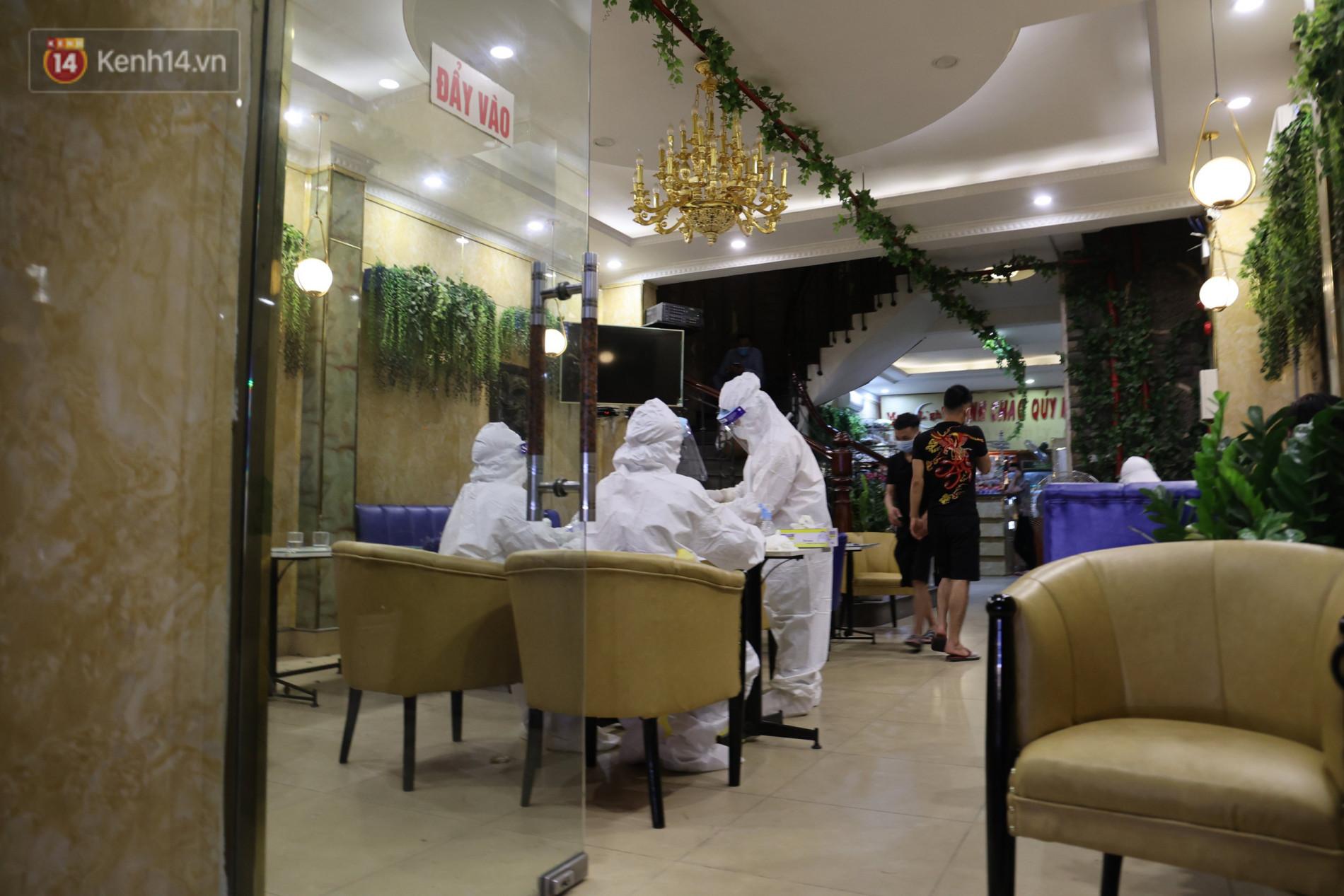 Ảnh: Lấy mẫu xét nghiệm nhân viên, phun khử khuẩn quán karaoke nơi nam bác sĩ dương tính với SARS-CoV-2 từng đến - Ảnh 5.