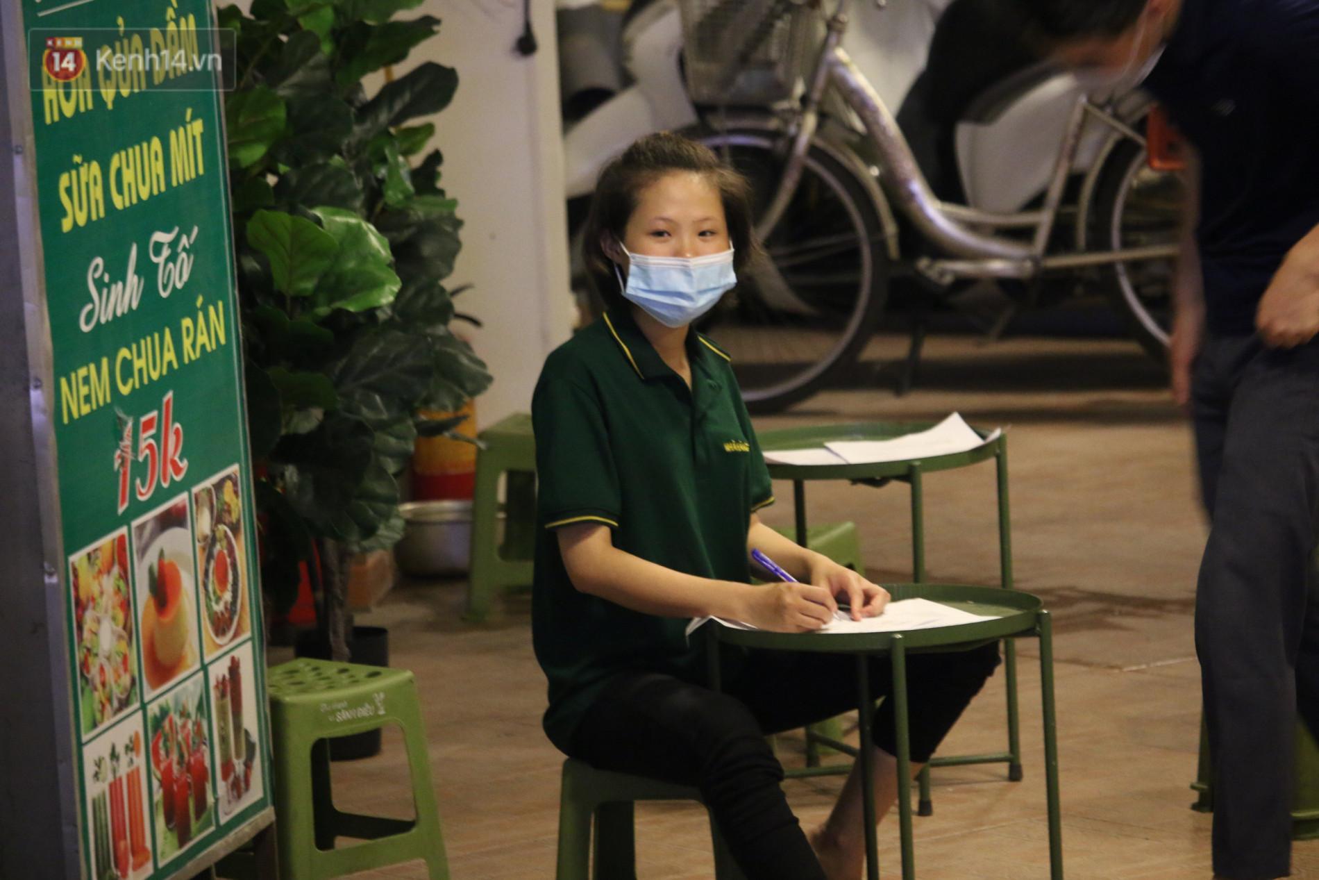 Ảnh: Lấy mẫu xét nghiệm nhân viên, phun khử khuẩn quán karaoke nơi nam bác sĩ dương tính với SARS-CoV-2 từng đến - Ảnh 8.
