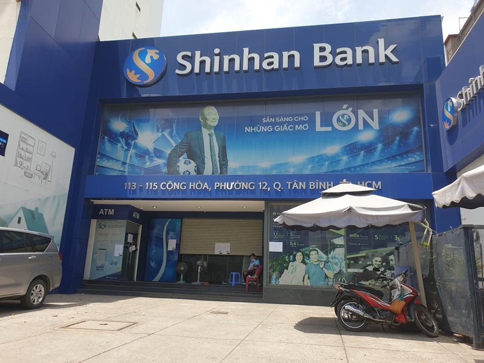 KHẨN: Những người từng đến ngân hàng Shinhan Tân Bình cần liên hệ ngay cơ quan y tế gần nhất - Ảnh 1.