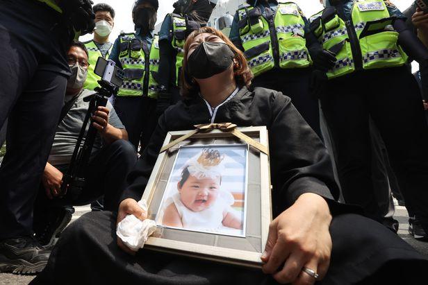 Vụ bé gái 16 tháng tuổi bị bạo hành đến chết: Ả mẹ nuôi khóc nức nở nhận án chung thân, gã chồng nói lời cuối khiến cả phiên toà la ó giận dữ - Ảnh 4.