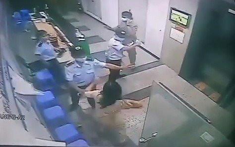 Người phụ nữ không đeo khẩu trang, hành hung bảo vệ chung cư bị phạt 2 triệu đồng - Ảnh 1.