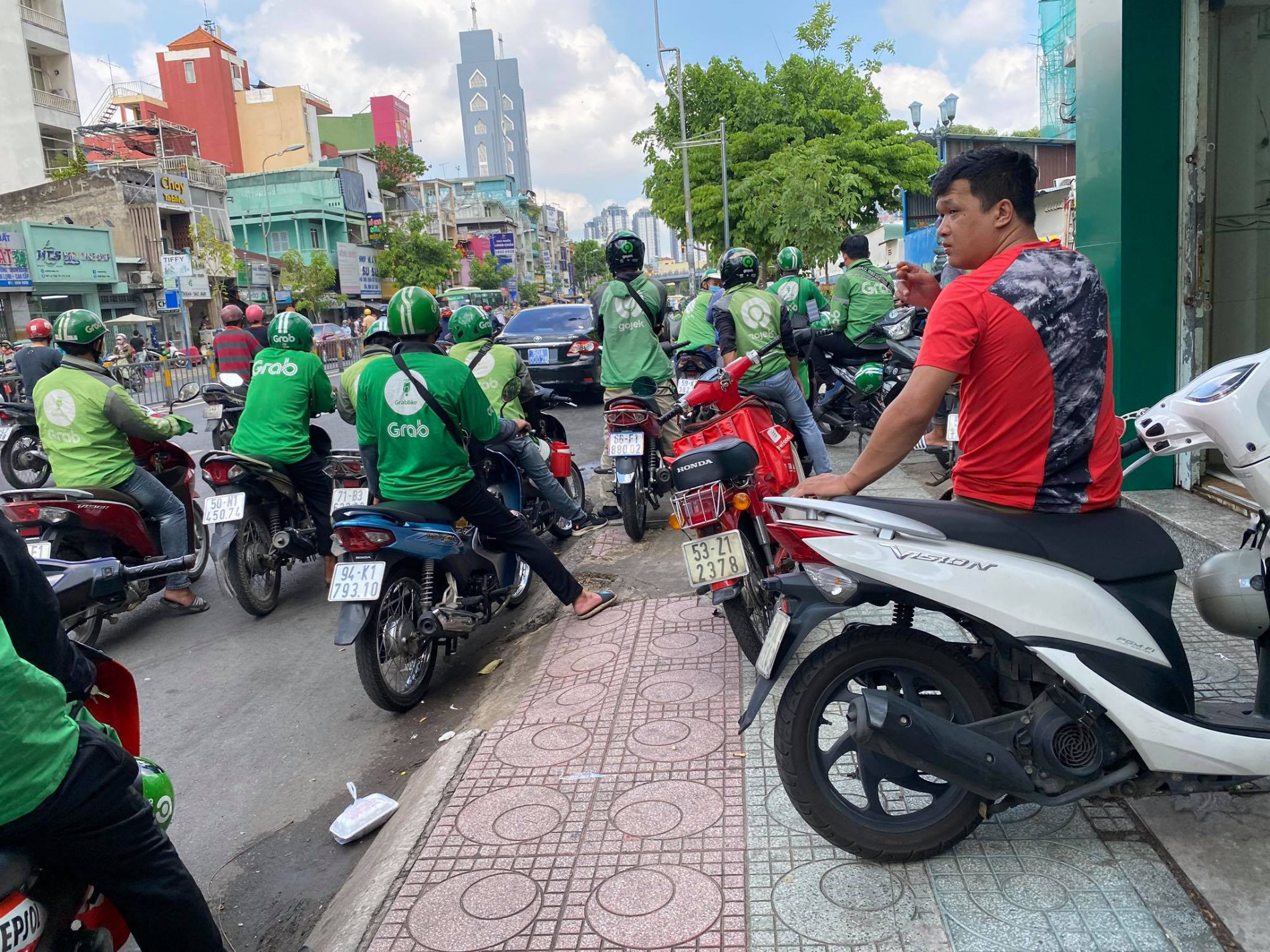TP.HCM: Người đàn ông mặc áo GrabBike bị đâm chết trước cổng Bệnh viện Nhi đồng 1 - Ảnh 3.