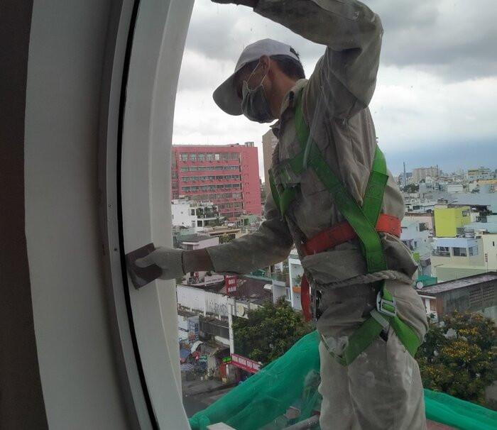 Một người đàn ông bị đạn bắn vào mông trong lúc sơn tháp chuông nhà thờ ở Sài Gòn Ảnh 1