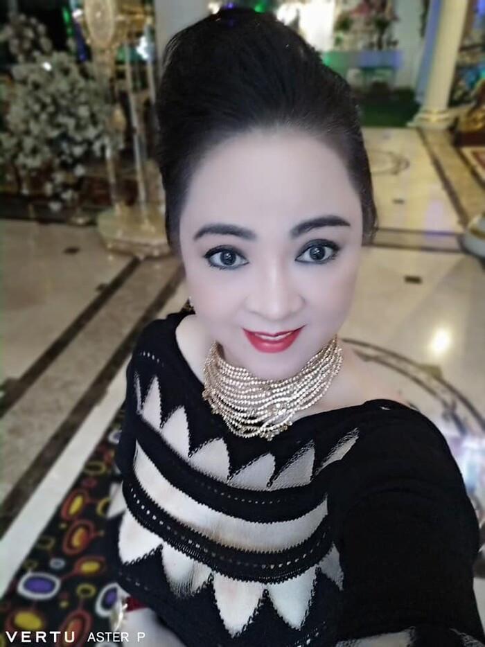 Bà Phương Hằng đeo vàng nặng trĩu để livestream, còn diện áo 'hiểm hóc' suýt lộ cả điểm 'nhạy cảm'
