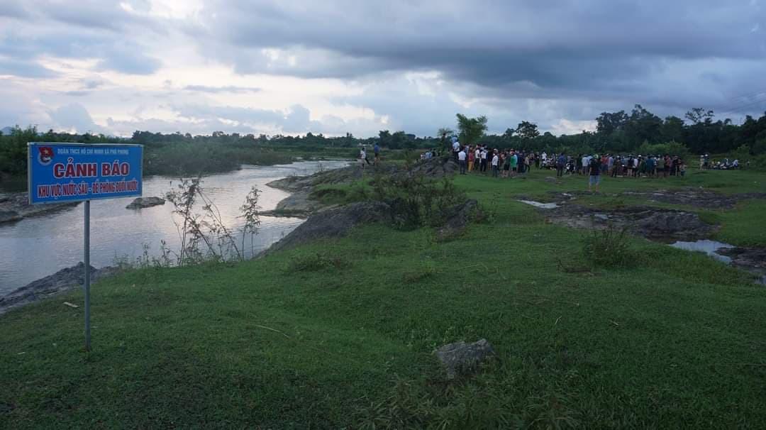 2 nam sinh bị đuối nước thương tâm ở Hà Tĩnh, người thân gào khóc bên thi thể - Ảnh 1.