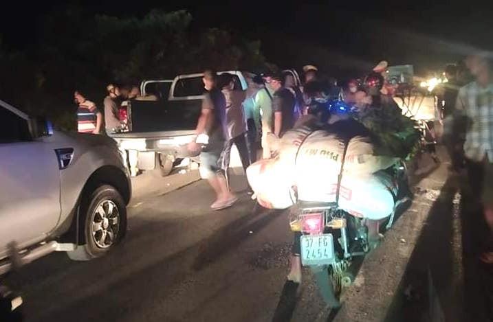 Video cảnh sát dùng xe tải chặn ngang đường, khống chế nhóm buôn ma túy - Ảnh 2.