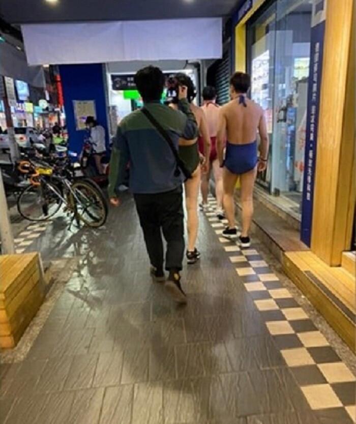 3 người đàn ông diện bikini cắt xẻ táo bạo đi siêu thị, ảnh chụp lên khiến ai cũng tưởng mình bị hoa mắt
