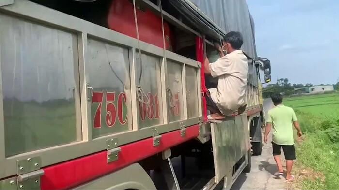 8 người trốn trong thùng xe tải nhằm vượt chốt kiểm soát y tế