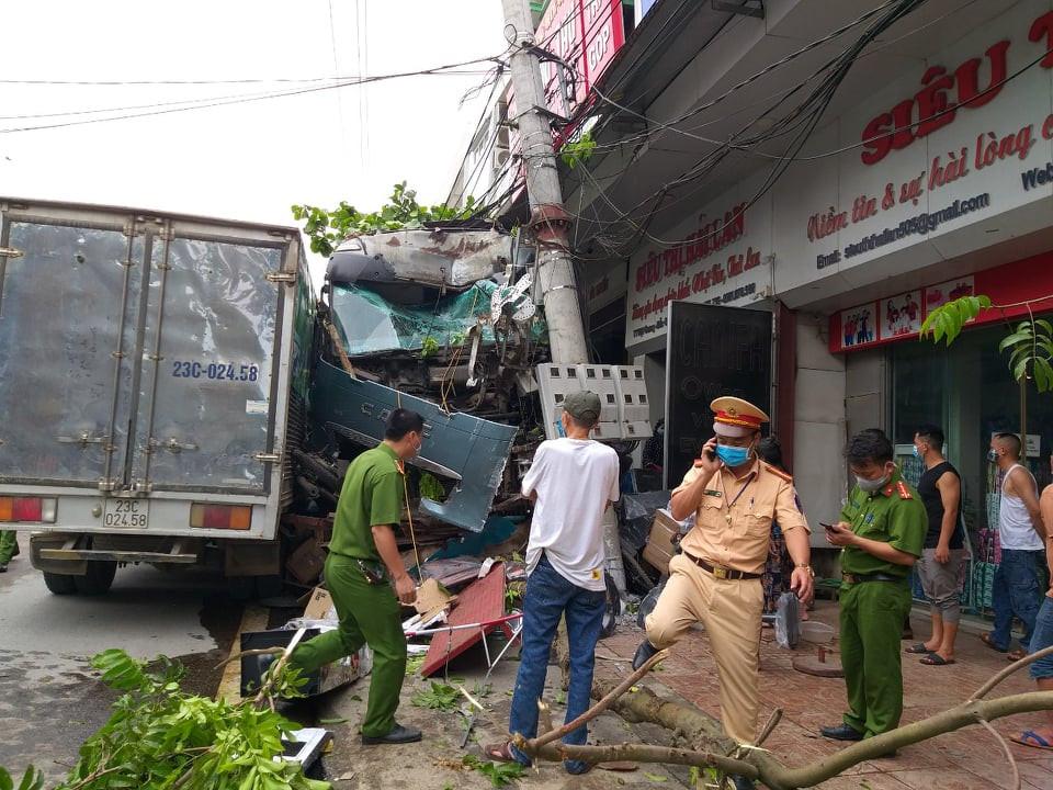 2 vợ chồng đi xe máy trần tình lý do đột ngột sang đường buộc tài xế xe container phải đánh lái - Ảnh 1.