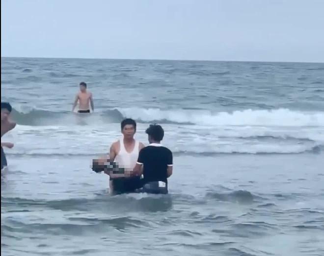 5 em nhỏ ra biển tắm, 3 em bị sóng nhấn chìm chết đuối và mất tích - Ảnh 1.