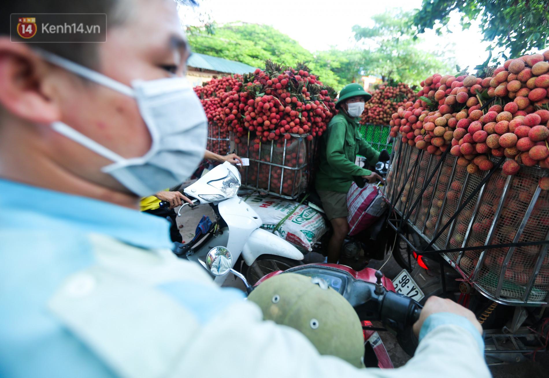 Ảnh: Nông dân Bắc Giang nối đuôi nhau chở vải thiều ra chợ, đường quê đỏ rực một màu - Ảnh 12.