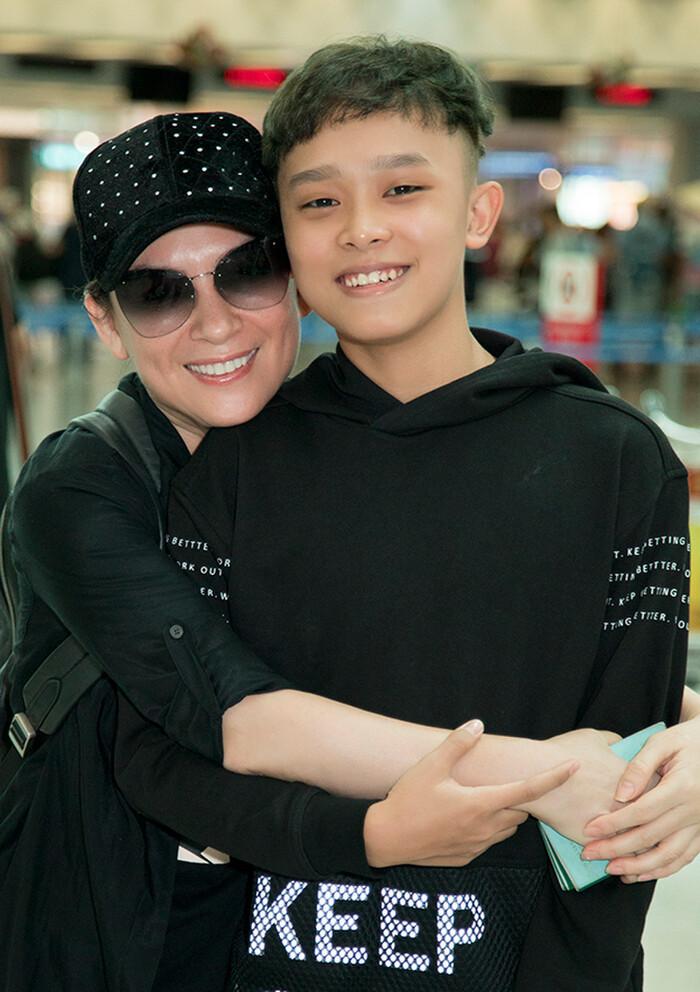Một stylist có tiếng trong showbiz bênh vực Phi Nhung, bức xúc vì dân mạng 'tọc mạch' quá nhiều Ảnh 1