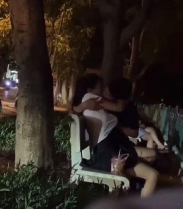 Thản nhiên ôm hôn, sờ soạng nhau nơi công cộng, cặp đôi khiến nhiều người nhức mắt Ảnh 1