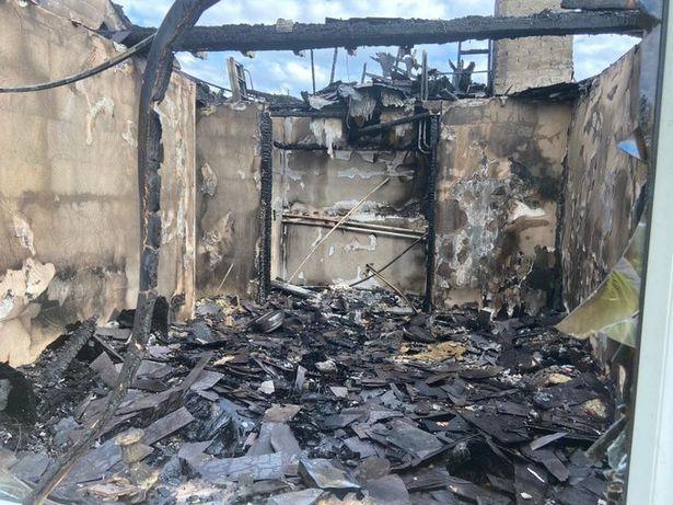 Vừa đi tắm xong thì hỏa hoạn cháy rụi cả nhà, gia chủ sụp đổ khi nguyên nhân chỉ từ một hành động cực bình thường ai cũng làm hằng ngày - Ảnh 1.