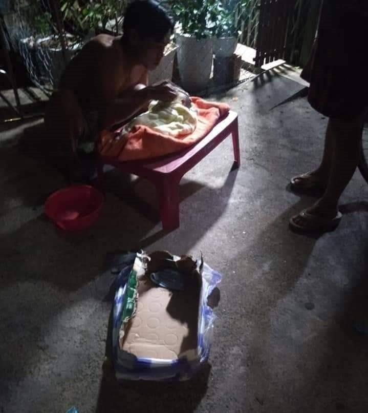 Bé trai sơ sinh bị bỏ rơi bên vệ đường với nhiều vết côn trùng cắn lúc rạng sáng - Ảnh 1.