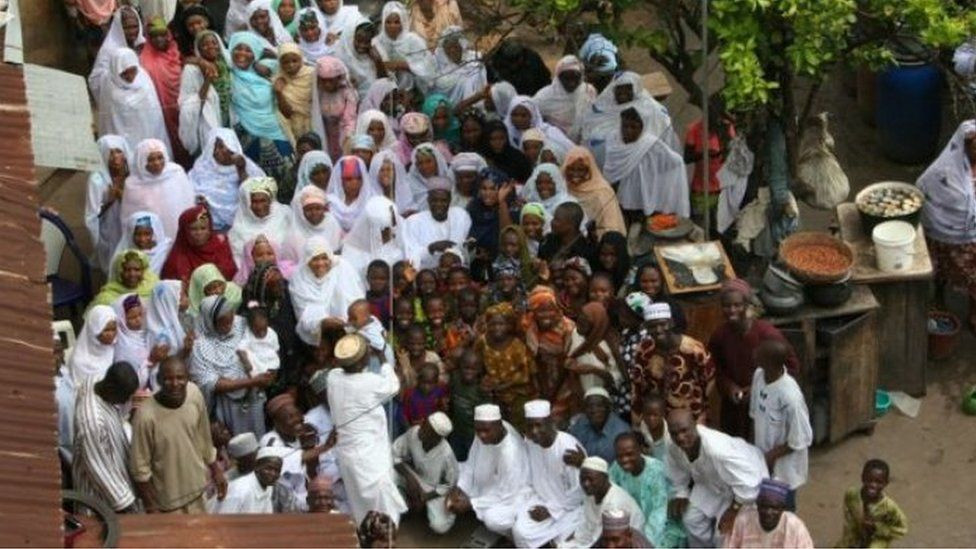 Cụ ông có 86 vợ và 170 con, mỗi ngày ăn hết 21 triệu tiền cơm, hết tiền cả nhà rủ nhau đi ăn xin - Ảnh 2.