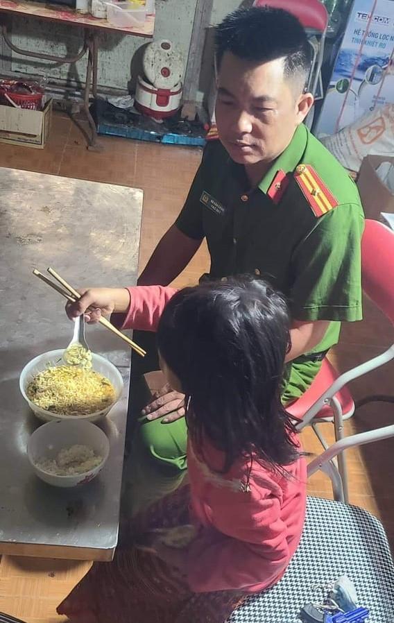 Bố mẹ đều là con nghiện lâu năm, bé gái 11 tuổi bị bỏ đói đi lạc trong rừng - Ảnh 2.