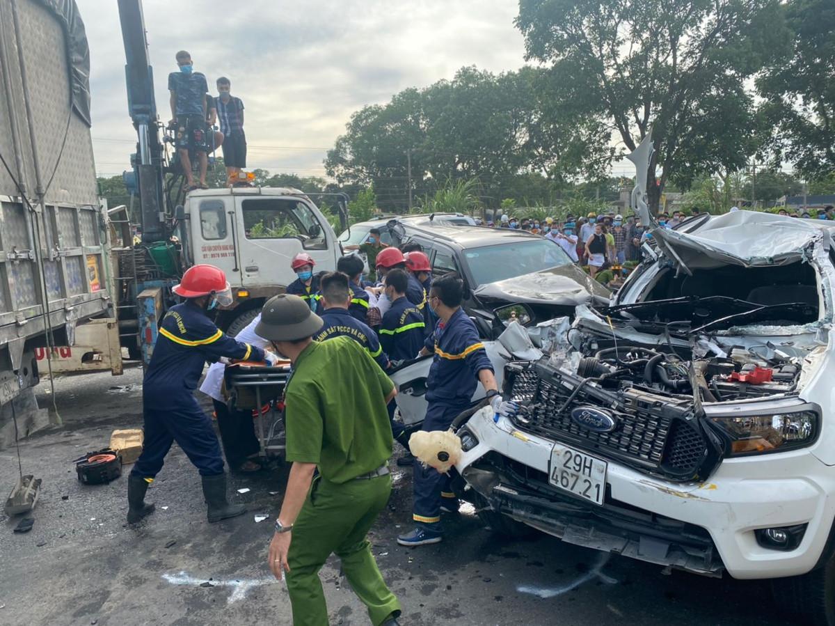 Video: Khoảnh khắc vụ tai nạn 9 ô tô đâm nhau liên hoàn trên quốc lộ, nhiều xe dính chặt vào nhau - Ảnh 2.