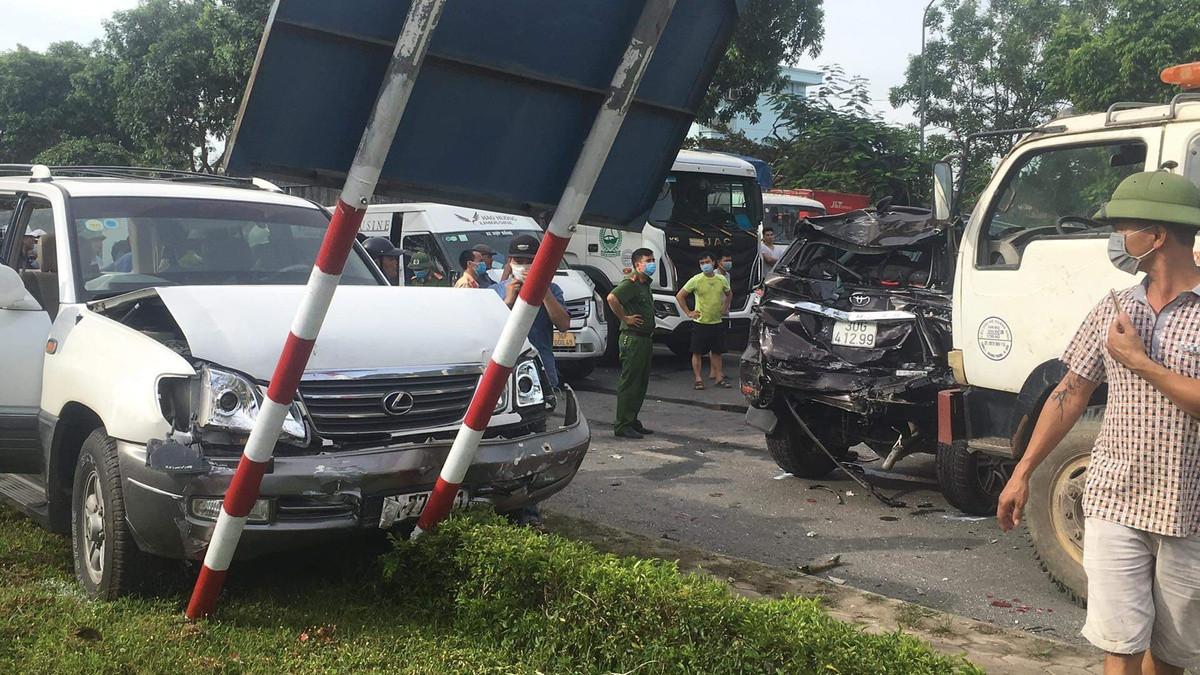 Video: Khoảnh khắc vụ tai nạn 9 ô tô đâm nhau liên hoàn trên quốc lộ, nhiều xe dính chặt vào nhau - Ảnh 3.
