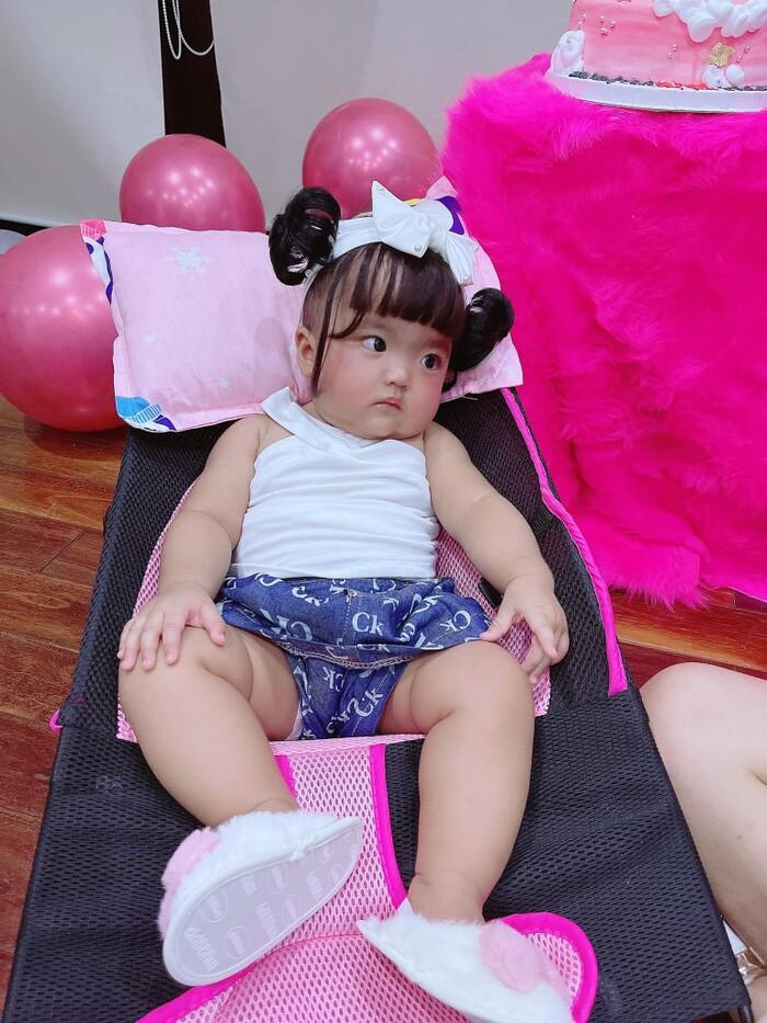 Con gái bị chê 'mắt to mặt gãy', vợ Mạc Văn Khoa đáp trả tay đôi, gọi anti-fan là 'đồ mặt lợn'