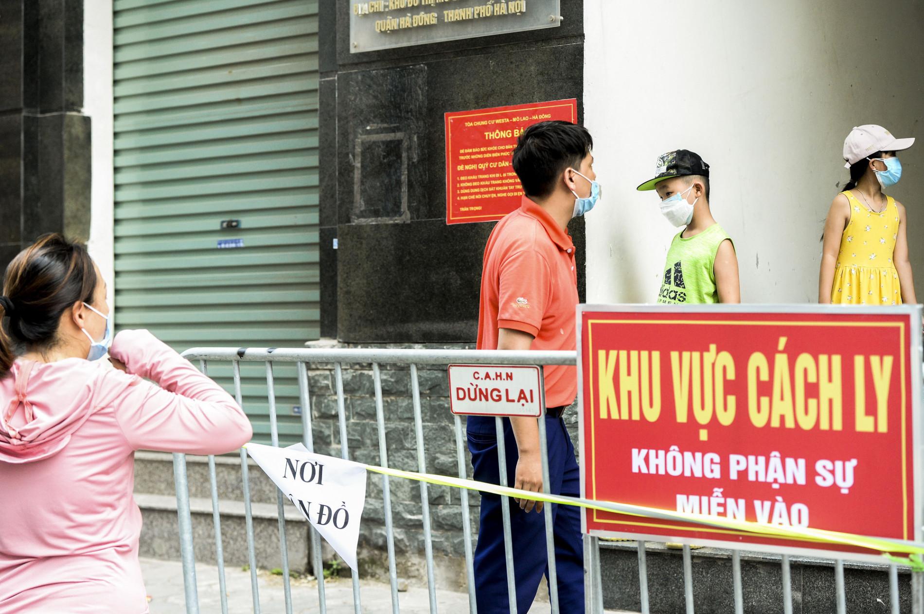 Các địa điểm cách ly, phong toả tại Hà Nội sau khi phát hiện có người dương tính SARS-CoV-2 - Ảnh 7.