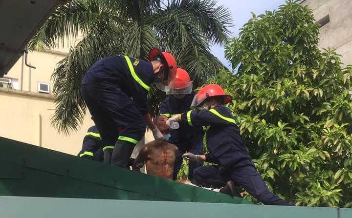 Nam bệnh nhân hoảng loạn, leo lên mái nhà ở bệnh viện để tự tử