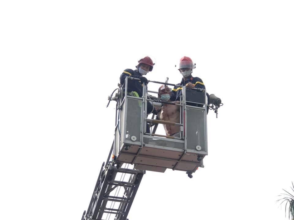Nam bệnh nhân hoảng loạn, leo lên mái nhà ở bệnh viện để nhảy tự tử - Ảnh 2.