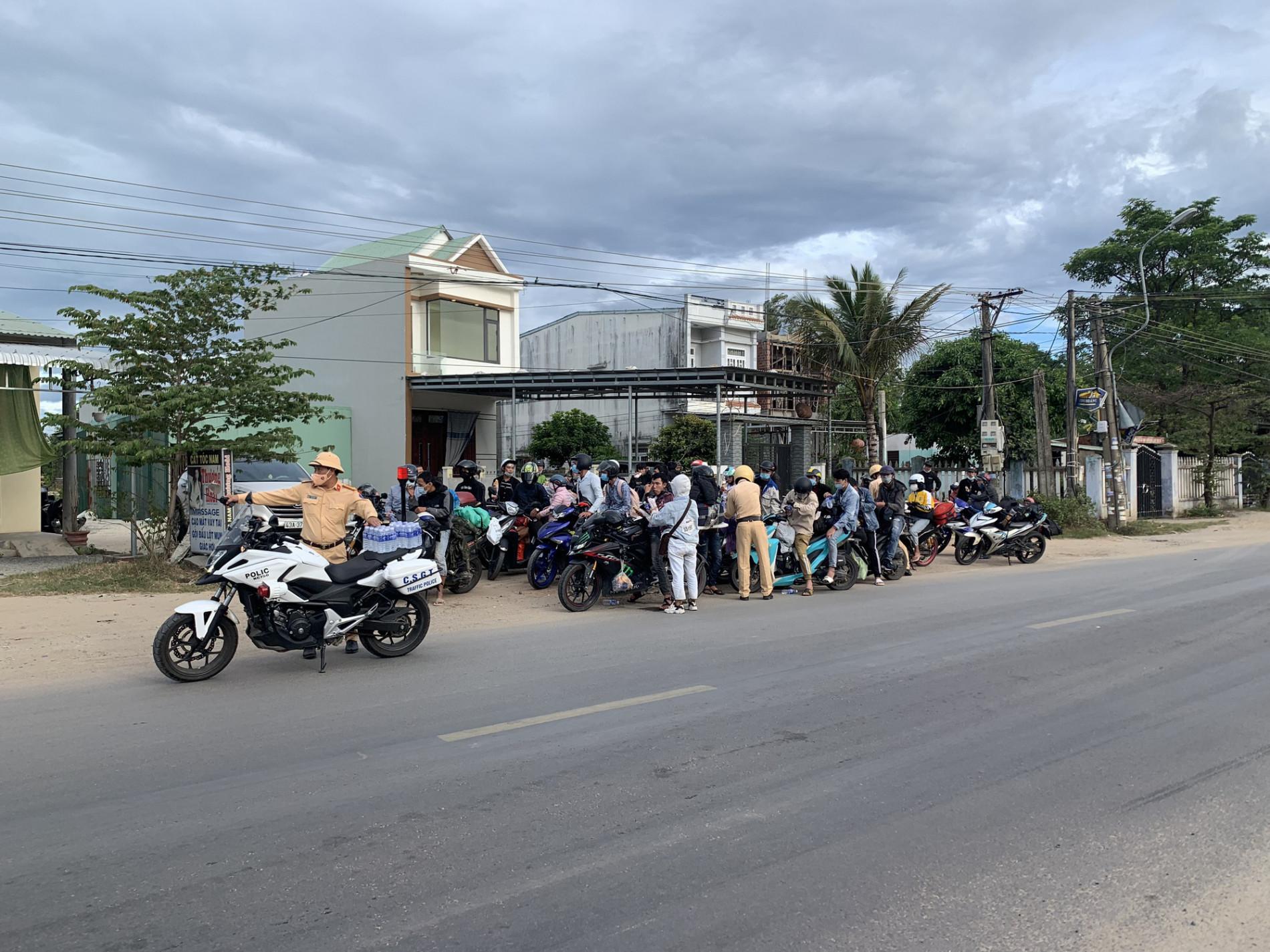 CSGT Đà Nẵng tiếp tục hộ tống hàng trăm người từ TP. Hồ Chí Minh về quê bằng xe máy - Ảnh 2.