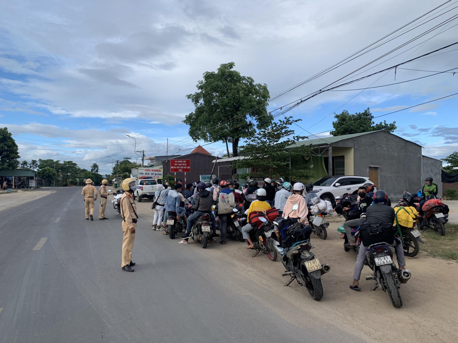 CSGT Đà Nẵng tiếp tục hộ tống hàng trăm người từ TP. Hồ Chí Minh về quê bằng xe máy - Ảnh 3.