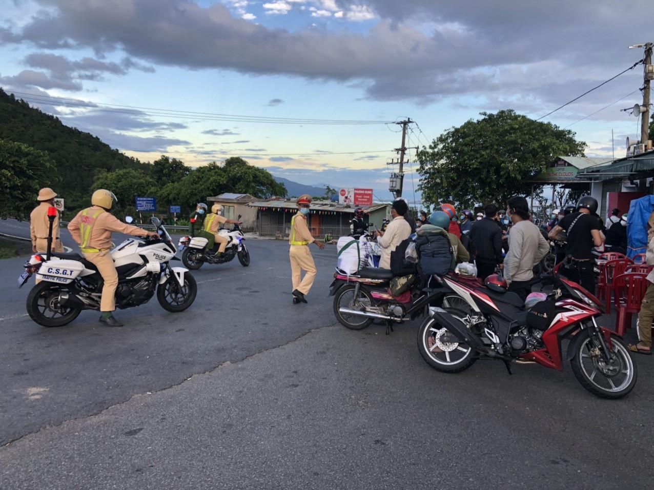 CSGT Đà Nẵng tiếp tục hộ tống hàng trăm người từ TP. Hồ Chí Minh về quê bằng xe máy - Ảnh 4.