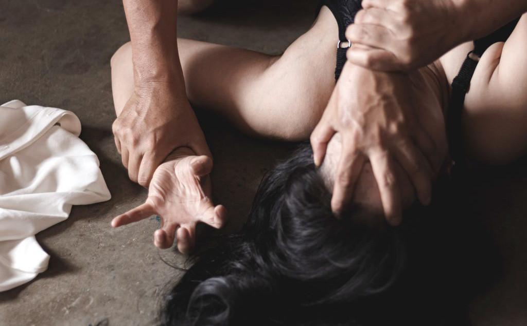 Đang trong phòng trọ, cô gái bất ngờ bị nam thanh niên cầm 2 con dao đe dọa để hiếp dâm