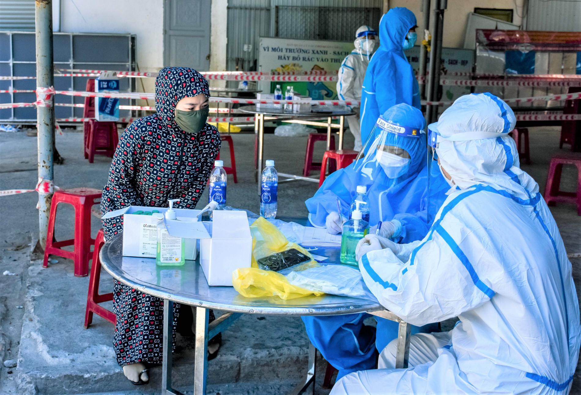 Người bán chè dương tính SARS-CoV-2, Đà Nẵng tạm đóng cửa chợ Cẩm Lệ - Ảnh 3.