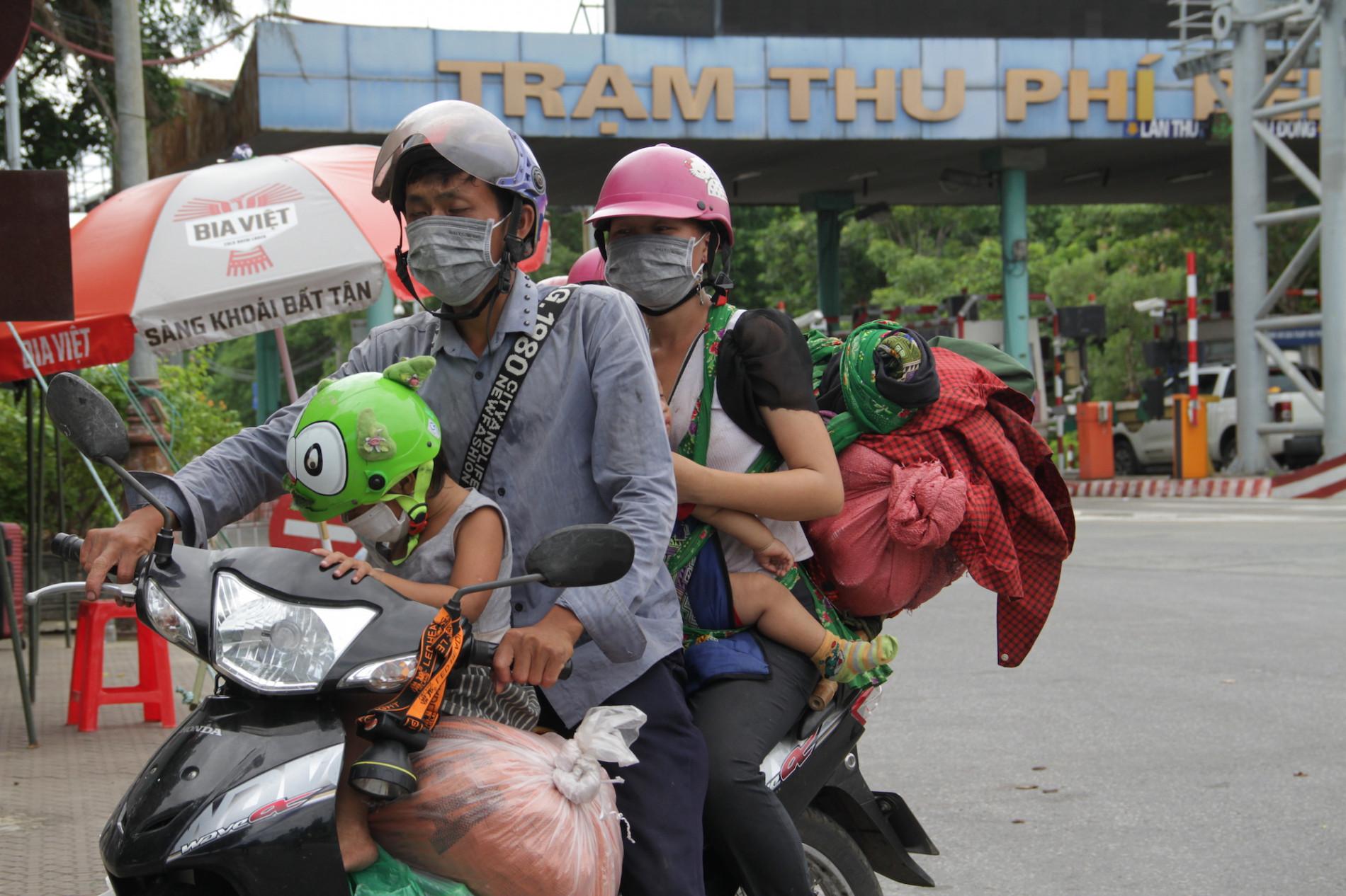 Những đứa trẻ mệt mỏi, xơ xác khi cùng bố mẹ đi hơn 1.000km về quê tránh dịch Covid-19 - Ảnh 1.