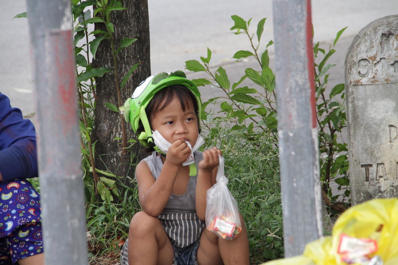 Những đứa trẻ mệt mỏi, xơ xác khi cùng bố mẹ đi hơn 1.000km về quê tránh dịch Covid-19 - Ảnh 4.