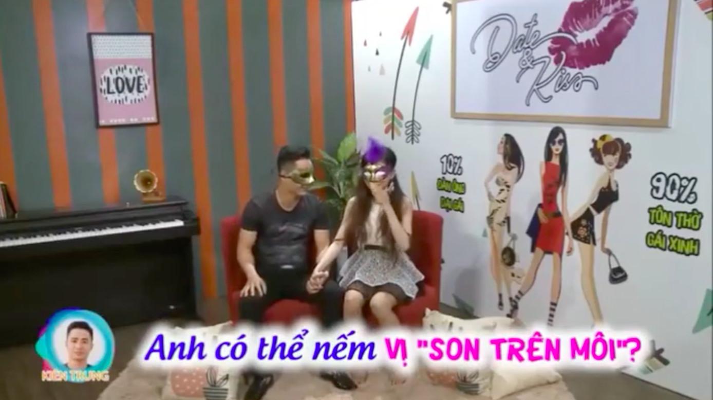 Show hẹn hò Việt bị khai tử vì quá nóng, người chơi hôn vồ vập và diễn luôn cảnh thân mật - Ảnh 1.